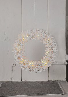 "LED-Fensterkranz ""Snowflake Wreath"" 10 warmwhite LED, Material: Holz Farbe: weiss, ca. 33 cm x 33 cm, mit Trafo: Amazon.de: Beleuchtung"