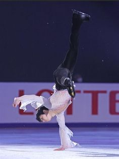 Male Figure Skaters, Figure Skating, Yuzuru Hanyu Pooh, Yandere Manga, Ice King, Ice Skaters, Action Poses, Unique Art, Simple