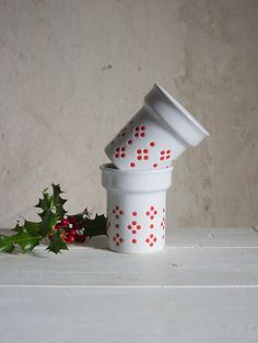 Would hot cocoa taste even better in a vintage German Christmas mug? We'd bet our marshmallows it would. #etsyfinds #etsyvintage