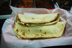 Baleadas de Honduras Ingredientes de tortilla - 1 lbs de harina de trigo - 3 cuchadas de aceite - 1/4 de soda - 1/2 cucharadita de sal - 1 taza de leche o mas Preparación Se juntan los ingredientes en un recipiente hondo se mezclan los ingredientes menos la leche porque esta se va incorporando poco a poco hasta formar una bola que no quede aguada algo normal luego se cortas pedasos para formar bolitas para hacer las tortillas del tamaño que guste, las bolitas se amasan hasta que queden bien…