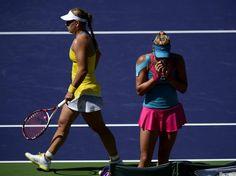 Angelique Kerber (l) hat beim WTA-Hartplatzturnier in Indian Wells in der dritten Runde Yanina Wickmayer in zwei Sätzen geschlagen.    Die Belgierin muss sich nach der 1:6, 6:7 (4:7)-Niederlage erst einmal wieder Fangen und schnäuzt sich die Nase aus. (Foto: Michael Nelson/dpa)