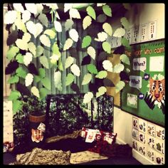 iTeach Phonics: The Jungle Role-play! Year 1 Classroom, Eyfs Classroom, Classroom Themes, Future Classroom, School Displays, Classroom Displays, Reading Display, Reading Tree, Reading Nook