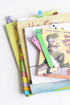 Great kids' craft. Make popsicle stick bookmarks.