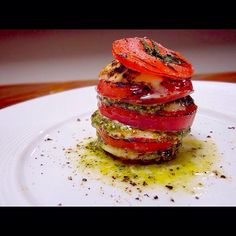 トマトの美味しい季節になってきましたね(2回目) こちらはジェノバソースを挟んでみました - 426件のもぐもぐ - 焼きカプレーゼのミルフィーユ〜ジェノバソース〜 by mediocreY Raw Food Recipes, Vegetable Recipes, Cooking Recipes, Timbale Recipe, Good Food, Yummy Food, Fusion Food, Catering Food, Molecular Gastronomy