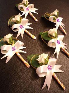 Svadobné pierka, rodič/ svedok biela ruža Wedding Pins, Wedding Ideas, Brooch Corsage, Bride Bouquets, Flower Crafts, Confetti, Gift Wrapping, Baby Shower, Boutonnieres