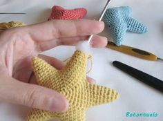 Here I bring you the pattern of these little stars, fantastic for col . Crochet Star Patterns, Crochet Stars, Amigurumi Patterns, Knitting Patterns, Diy Crafts Crochet, Crochet Gifts, Crochet Projects, Fast Crochet, Crochet Baby Jacket