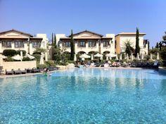InterContinental Aphrodite Hills Resort*****, entre la playa y la ciudad de Koulia un complejo dónde podrás relajarte después de visitar todas las atracciones turísticas que ofrece la zona. Mas información: http://www.aphroditehills.com/Aphrodite-hills/