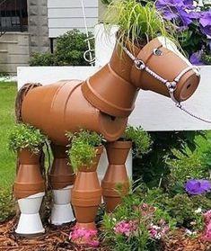 Pour vous donner des idées pour embellir votre jardin d'une façon originale, voici de jolis personnages réalisés avec des pots de fleurs articulés les uns avec les autres..Tout est possible, i...