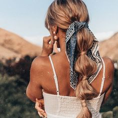 Bandana hairstyles: Woman with honey blonde long hair styled into a bubble ponytail with bandana around it hairstyles with bandana Bohemian Hairstyles, Headband Hairstyles, Pretty Hairstyles, Braided Hairstyles, Hairstyles With Ribbon, Bandana Hairstyles For Long Hair, Ribbon Hairstyle, Travel Hairstyles, Blonde Hairstyles