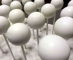 THIS is the tutorial for getting perfectly smooth cake pops with those tricky candy melts. Cake decorating tips and tricks #cakedecoratingtips