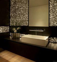 mosaico de color oro en el baño moderno