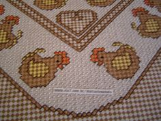 Toalha de Mesa Quadrada Bordada em Tecido Xadrez e acabamento em crochê.  Este motivo pode ser feito em dois tamanhos de toalha:  100 X 100 cm com o desenho apenas no centro  ou  130 X 130 cm com um barrado adicional no mesmo motivo.