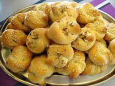 Κουλουράκια με γεύση τσουρεκιού μια συνταγή της φίλης μου της ελενίτσας από την Σκύδρα υλικά 500 γραμ γιαούρτι 1 1/2 κούπα ζάχαρη 3 αυγα και 1 κρόκο για πάνω από τα κουλουράκια μας 1 κούπα σπορέλαιο 2 φακελάκια μπεικιν 2 βανίλιες 2 κγ μαχλέπι 1 Greek Sweets, Greek Desserts, Greek Recipes, Cookie Dough Pie, Biscuit Cookies, Cake Cookies, Brownie Recipes, Cookie Recipes, Dessert Recipes
