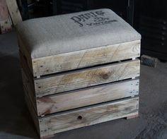 Cette banquette coffre est réalisée entièrement en bois de palette, légère et pratique avec ses deux poignées, vous pourrez la déplacer facilement. Tissu t