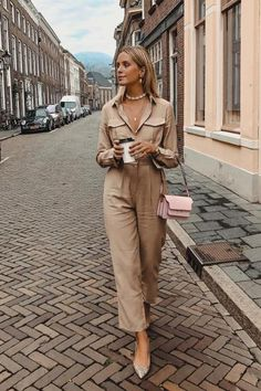 How to style Utility Boiler Suit Macacão bege. Fashion Week, Fashion Outfits, Womens Fashion, Fashion Tips, Fashion Fashion, Fashion Beauty, Classic Fashion, Latest Fashion, Fashion Trends