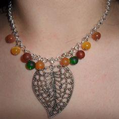 Schöne, schlichte Halskette mit Polaris/- und Cateyeperlen. Hingucker ist das große, silberne Blatt welches eine länge von 5 cm hat.  Mit Herzkarabine Turquoise Necklace, Etsy, Jewelry, Fashion, Neck Chain, Schmuck, Nice Asses, Moda, Jewlery