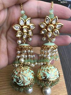 Indian Jewelry Earrings, Gold Jhumka Earrings, Indian Jewelry Sets, Fancy Jewellery, Jewelry Design Earrings, Silver Jewellery Indian, Indian Wedding Jewelry, Hand Jewelry, Stylish Jewelry