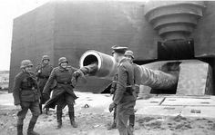 """German soldiers having fun on the positions of 406 mm cannon """"40.6 cm SK C/34""""; coastal battery Lindemann; the Pas-de-Calais; ~ 1944-the year"""
