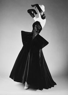 """Cygne Noir"" House of Dior (French, founded 1947) Designer: Christian Dior (French, Granville 1905–1957 Montecatini) Date: fall/winter 1949–50 Culture: French Medium: silk"