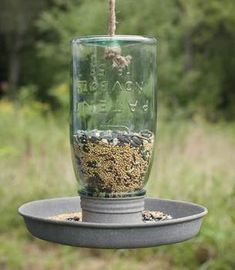 Birds of a feather flock together. Hang this cute Mason Jar Bird Feeder to keep you fine feathered friends happy and coming back for more. The mason jar unscrews from the base for easy filling. A rope (Decorated Bottle Bird Feeders) Mason Jar Projects, Mason Jar Crafts, Mason Jar Diy, Hanging Bird Feeders, Diy Bird Feeder, Rustic Bird Feeders, Industrial Bird Feeders, Bird Feeder Stands, Chalk Paint Mason Jars
