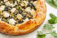 Ingrediënten: - 1 rode ui, in dunne plakjes (85 g) - 3 stengels bleekselderij + het blad, in plakjes (220 g) - 8 grote bladeren snijbiet (of wilde spinazie), grofgehakt (175 g) - 2 teentjes knoflook,