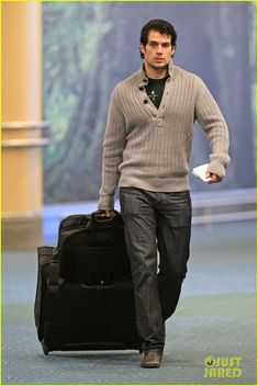 04 January 2012 : Henry Cavill touches down after a flight on Mony (Jan 2) in Vancouver. HENRY'S SUPER STYLISH!