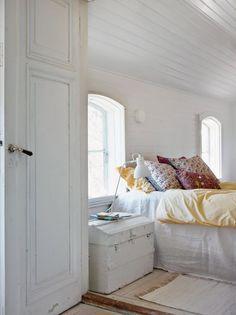 all white with a pop of color- Sanna & Sania: Sommarens sötaste sovrum