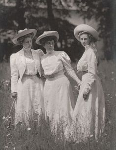 Prinzessin Viktoria Luise of Prussia (right) with sister in law and cousin Alexandra Viktoria (neé Princess of Schleswig Holstein), Princess August Wilhelm and aunt Feodora Adelheid of Schleswig. Vintage Pictures, Old Pictures, Vintage Images, Old Photos, Edwardian Era, Edwardian Fashion, Victorian Women, Belle Epoque, Mode Vintage