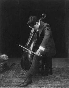 debris-de-reves:  Charlie Chaplin jouant du violoncelle en 1915 .