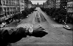 PRAGUE, Czechoslovakia—Invading Warsaw Pact troops in front of the radio headquarters, August © Josef Koudelka / Magnum Photos Magnum Photos, Famous Photographers, Street Photographers, Age Of Adolescence, Font Simple, Prague Spring, Atelier Photo, Fan Ho, Street Photography