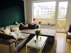 Gemtliches Wohnzimmer Mit Couchlandschaft Kuschligen Kissen Und Dunkelgrner Wand In Aachen WG Zimmer