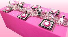 La couleur famboise est une couleur parfaite pour un événement aussi joyeux qu'un mariage ! Elle offre à cette table une très belle base, éclatante et dynamique.