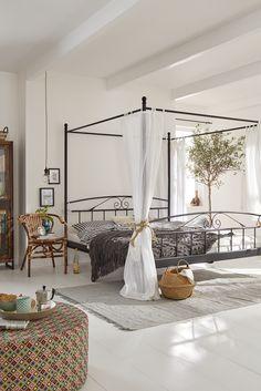 Sommerliches Schlafzimmer Im Mallorca Style: Frische, Bunte Farben Gemixt  Mit Rustikalem Holz Und