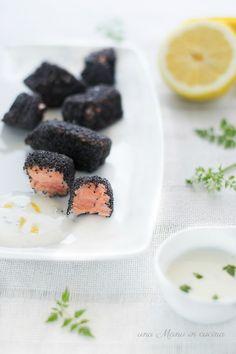 I bocconcini di salmone ai semi di papavero sono un finger food stuzzicante e leggero. Accompagnati dalla salsina allo yogurt e limone che vi propongo, sono irresistibilmente buoni! Cotti senza olio, possono essere un'ottima idea se siete a dieta, accompagnati da un'insalata croccante. Si preparano davvero con molta facilità, in pochi minuti e quindi ideali anche se avete poca voglia [...]
