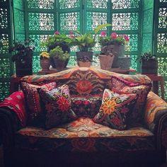 I love the screen and the sofa ... oh la la
