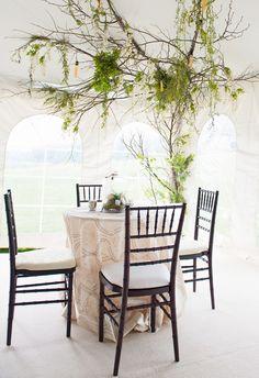 Casando em um jardim | toalha em bege e árvore na decor