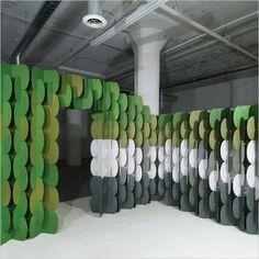 Nomad es un sistema modular arquitectónico conformado por pequeñas piezas de cartón reciclado de doble capa, que pueden ser ensambladas en multitud de formas