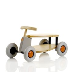Articolo: S202FLix is the birch wooden car proposed by Sirch. Very silent thanks to its rubber wheels it is suitable for children older than18 months. All Sirch products are tested and certified by the German quality and safety authority TÜV/GS.