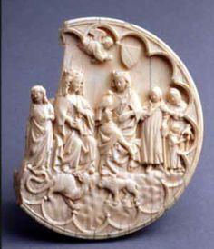 L'Assemblée vers 1300, musée cluny.  L'assemblée est considérée comme un chef d'oeuvre de l'ivoirerie gothique. On y voit un roi et une reine foulant un lion et un dragon. Cette oeuvre mesure 14 cm de diamètre, il s'agit d'une valve de miroir ( la partie extérieur) de poche. Au 13e siècle, Paris va devenir la ville de l'ivoire. Les défenses d'éléphants étaient transformés dans les ateliers parisiens en quantité d'objets usuels.