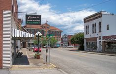 Small towns in Kentucky offer history, serenity and amazing places to eat. Here are 10 small towns with restaurants offering memorable dining experiences. Ashland Kentucky, My Old Kentucky Home, Places To Eat, Great Places, Amazing Places, Small Town America, Local Activities, Ohio River, Historical Sites