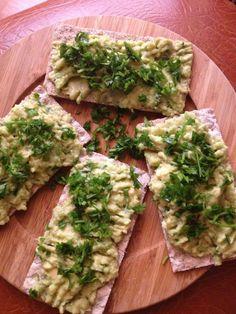 MIC DEJUN IN 5 min : avocado pasat , zeama de lamaie , patrunjel, seminte de canepa, sare, crackers din faina integrala.