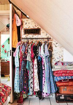 De flesta klänningarna har Lina sytt själv. Täcken från loppisar. Ärvda väskor. Tapet, Mimou. Klädstången är ett avbrutet skaft från en kratta. Hängare köpt i antikbutik |