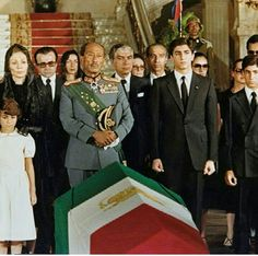 A rare photo for president Anwar Sadat during the funeral of mohammed reda pahlavi President Of Egypt, King Of Persia, Pahlavi Dynasty, The Shah Of Iran, Farah Diba, Old Egypt, Cairo Egypt, Iranian Women Fashion, Famous Women