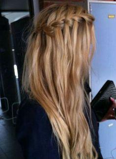 O si prefieres suelto, solo haz tu trenza y deja un estilo despeinado en el cabello sobrante...