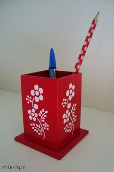 Oi, de novo :) Hoje uma peça simples de fazer: porta-lápis. Peça muito útil e uma boa pedida para um presente! Diy And Crafts, Arts And Crafts, Paper Crafts, Diy Projects To Try, Wood Projects, Caulk Paint, Decoupage Wood, Wood Burning Crafts, Office Makeover