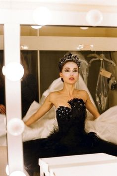 """Natalie Portman in Black Swan. Black Swan A ballet dancer wins the lead in """"Swan Lake"""" and is perfect for the role of the delicate White Swan - Princess Odette - but slowly loses her mind as she becomes more and more like Odile, the Black Swan. Black Swan Kostüm, Black Swan Movie, Black Swan 2010, White Swan, Black Swan Scene, Dark Swan, Natalie Portman Black Swan, Fancy Dress, Strapless Dress Formal"""