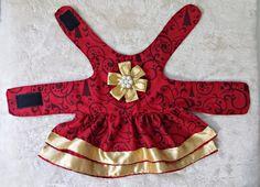O natal está chegando e seu pet também pode estar bonito para essa ocasião especial. Com o vestido natalino sua cadelinha vai ser o centro das atenções! O vestido é confeccionado em tricoline com estampa de natal. Acompanha ainda um broche de laço e pedraria, que é removível para a não se dan... Crochet Dog Clothes, Girl Dog Clothes, Puppy Clothes, Yorkie Dogs, Pet Dogs, Pets, Small Dog Clothes Patterns, Girl And Dog, Dog Sweaters