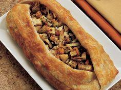 """Lezzetli ve Nefis Bir Öneri daha """" Sebzeli Açık Strudel """" Tarifi    Doğranmış soğan ve küp kesilmiş sebzeleri zeytinyağı ve tereyağıyla soteleyin. Tuz, karabiber, zencefil ve muskatla tatlandırın. Suyunu çekince ocağı kapatın. Rendelenmiş ekmek içi, 2 çorba kaşığı parmesan, kekik ve frenkmaydanozu ekleyin. Yağlı kağıt üzerinde hamuru açıp 35 cm kenarlı bir kare kesin. Tepsiye yağlı kağıt serip hamuru…"""