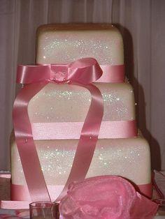 Glitter wedding cake! J'en veux un mais rond a 3 ou 4 etage. Un gateau tres simple et des broches ( bijoux silver) seront rajoutes dessus avec des plumes de paons.