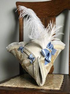 Cappello a tricorno Costume avorio pizzo oro Champagne 18th Century Clothing, 18th Century Fashion, 18th Century Dress, Pirate Hats, Pirate Costumes, Teen Costumes, Costume Hats, Woman Costumes, Mermaid Costumes